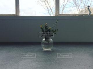 窓辺の花瓶の写真・画像素材[1002328]