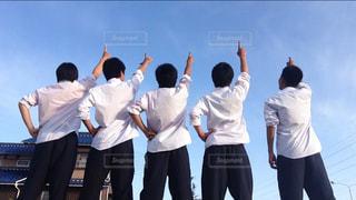 一致団結する学生グループ5人の写真・画像素材[886488]