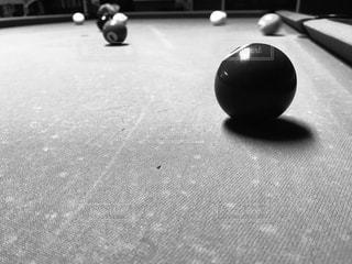 部屋でボールを持つテーブルの写真・画像素材[891483]