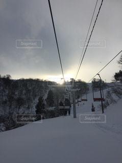 雪に覆われた斜面をスキーに乗る人の写真・画像素材[1692261]
