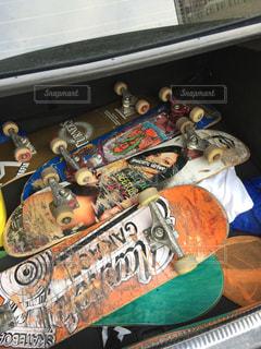 トランクルームにはスケートボードがいっぱいの写真・画像素材[886495]