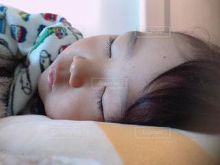 ベッドの上で眠っている子供の写真・画像素材[885368]