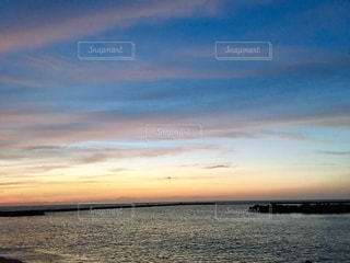水に沈む夕日の写真・画像素材[886807]