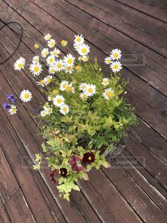 木製のテーブルの上に座って花の花瓶 - No.886074