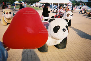 遊園地のパンダと赤いハートの風船の写真・画像素材[886177]