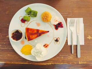 テーブルの上に食べ物のプレートの写真・画像素材[886178]