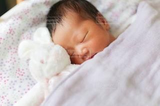赤ちゃんのベッドの上で横になっています。の写真・画像素材[886234]
