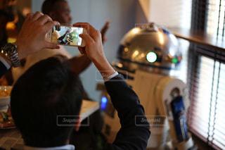 携帯で写真を撮る人の写真・画像素材[1016731]