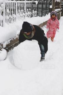 子供より雪を楽しむ親の写真・画像素材[1016752]