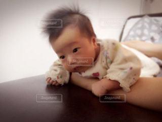 うつ伏せの練習をする赤ちゃんの写真・画像素材[1677959]