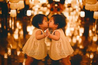 鏡にキスする子供の写真・画像素材[1677961]