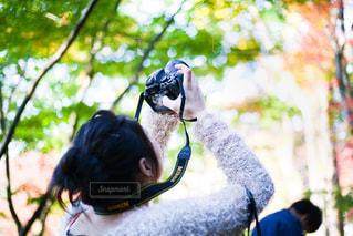 写真を撮る女の人の写真・画像素材[1677963]