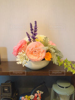 テーブルの上の花の花瓶の写真・画像素材[2123855]