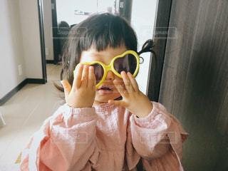 小さな女の子がサングラスをしてる写真の写真・画像素材[2123856]