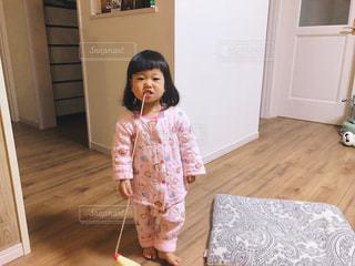 怒った小さな女の子の写真・画像素材[2123887]