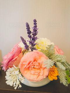 テーブルの上の花瓶に咲く花束の写真・画像素材[2123899]