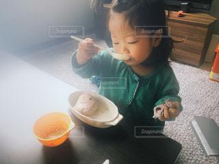 朝ごはんを食べる幼児の写真・画像素材[2265172]