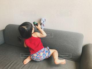 写真を撮る子供の写真・画像素材[2265191]