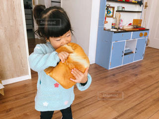 小さな子供がパンを食べているの写真・画像素材[2717286]
