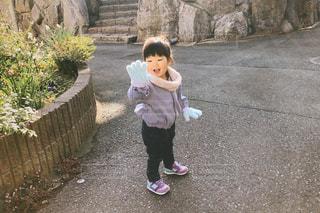 手袋を見る小さな女の子の写真・画像素材[2994869]