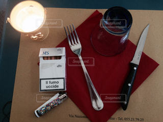 テーブルの上に座ってナイフ - No.902421