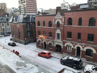 建物の前に停まっている車の写真・画像素材[886684]