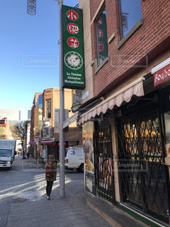 街の通り上の標識の写真・画像素材[886685]