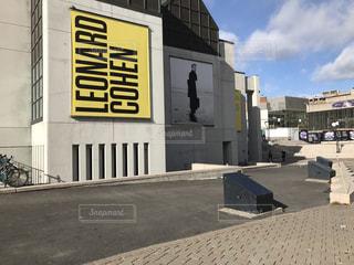 道の端に標識のあるビルの写真・画像素材[886689]