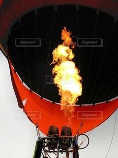 赤と黒の煙の写真・画像素材[2691087]