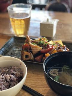 テーブルの上に食べ物のボウルの写真・画像素材[891441]