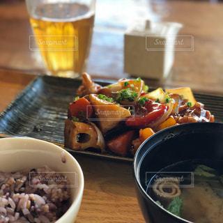テーブルの上に座って食品のボウルの写真・画像素材[891442]