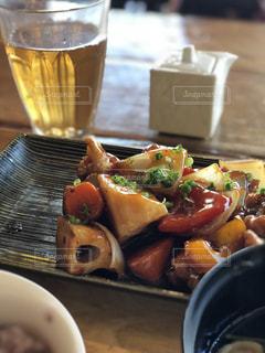 テーブルの上に食べ物のボウルの写真・画像素材[891443]