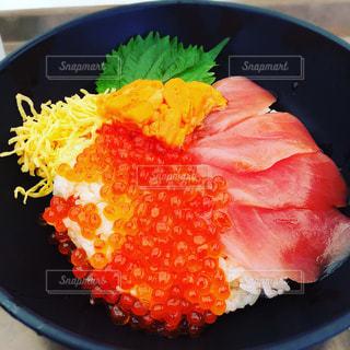 イクラたっぷりの海鮮丼の写真・画像素材[887661]