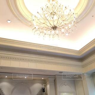 結婚式場の天井のシャンデリアの写真・画像素材[888625]