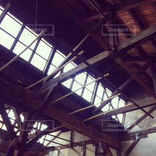 のこぎり屋根工場の天井の写真・画像素材[888007]