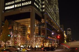 近くに夜の忙しい街のアップの写真・画像素材[888333]