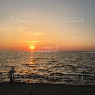 釣り人と海と夕日の写真・画像素材[889261]