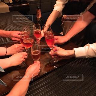 ワイングラスを持ってテーブルに座っている人々のグループの写真・画像素材[2292033]