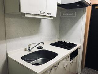 シンクとコンロ付きのキッチンの写真・画像素材[1022864]