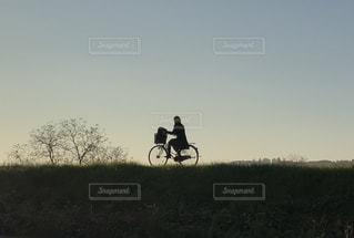 自転車に乗っての写真・画像素材[894891]