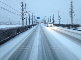 雪に覆われた道の写真・画像素材[903053]