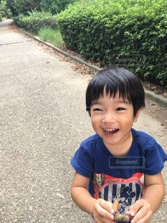 土の中に立っている小さな男の子の写真・画像素材[889860]