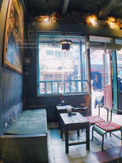 部屋の家具と大きな窓いっぱいの写真・画像素材[1015773]