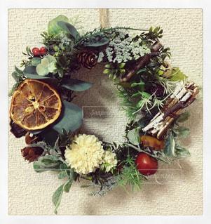 テーブルの上の花の花瓶の写真・画像素材[888926]