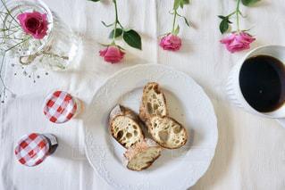 バゲットを楽しむ朝ご飯の写真・画像素材[1157289]
