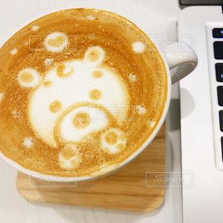 テーブルの上のコーヒー カップの写真・画像素材[935302]