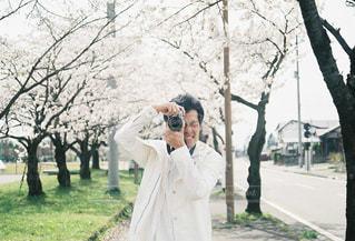 桜と彼との写真・画像素材[1865446]