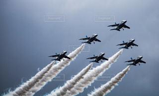 空を飛んでいるジェット戦闘機のグループ - No.889376