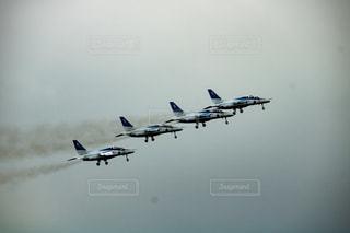 曇り空を離陸する編隊の写真・画像素材[889406]