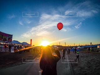 風船を持って迎える朝の写真・画像素材[912497]